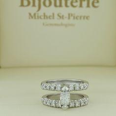 Bague de fiançailles montée d'un diamant de taille marquise.  Engagement ring with marquis diamond