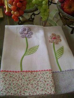 pano de prato em sacaria de tecido 100% algodão em barrado de tecido com aplique de flores de fuxico com botões e sianinha R$ 14,20