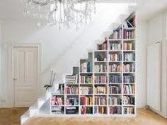 un escalier transformé en bibliothèque