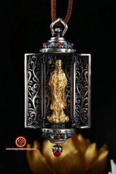 Pendentif autel bouddhiste portatif, Ghau. Guan Yin/ Chenrezi. Argent 925 plaqué or 24K. Turquoise d'Arizona, agate dite nan hong, du Yunnan Feng Shui Jewellery, Agate, Nan, Guanyin, Turquoise, Plaque, Arizona, Plating, Christmas Ornaments