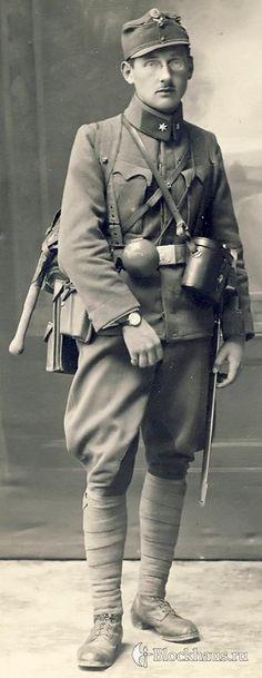 На ней запечатлен лейтенант горно-стрелковой части, что определяется по укороченной офицерской саблем М.1907. Под офицерской кокардой на кепи угадывается какой-то нерегламентированный значок, но разглядеть, какой именно, не удается. Китель со стояче отложным воротником — такие вошли в моду в 1916 г. Интересно то, что лейтенант экипирован ремнем для нижних чинов пеших частей. Из остальной экипировки, неположенной офицерам, видно полотняный рюкзак егерей М.1913,