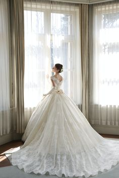 Amazing Wedding design is actually really great because it use a Amazing theme where it can make our Wedding looks great. Check the latest Amazing Wedding design by reading (Classic and Elegant Wedding Dresses With Beautiful Lace Design) Ballroom Wedding Dresses, Elegant Wedding Dress, Wedding Gowns, Big Dresses, Bridal Dresses, Weeding Dress, Beautiful Gowns, Wedding Bride, Lace Wedding