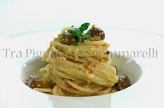 Spaghetti con crema di calamaro, olive taggiasche, menta romana e mandorle tostate al sale marino | Tra pignatte e sgommarelli