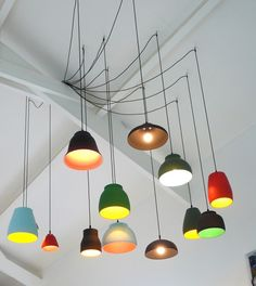 Vrolijke boel: Met deze gekleurde lampen aan het plafond fleur je elke sobere ruimte meteen op. Ze komen nog eens extra goed uit als je woonkamer helemaal wit is. Ook zeker goed te doen in een strak interieur: de lampen zorgen dan voor meer warmte in het geheel.