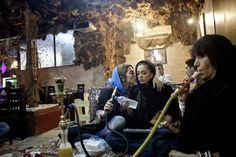 42 fotografias impressionantes da raça humana (42) As mulheres no Irã desfrutando do Hookah