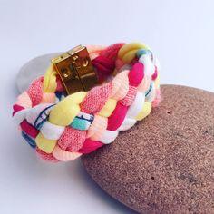 Bracelet manchette en tissu recyclé multicolore : Bracelet par perlette-et-plumette