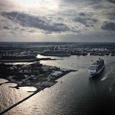 #fortlauderdale #cruise #cruiseport #avaition #aviationlovers #aviationgeek #skyhawks #cessna172 #ocean #sky #pilotlife #pilotseye #pilotsviews #pilot #aviators #aviator by krystian__k
