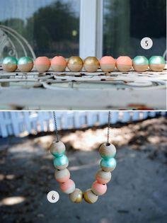 collier en bois à faire soi-même et peinture de perles