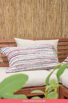 Für Balkonmöbel, die noch einen Farbklecks brauchen, kommt dieser Ikea Hack genau richtig. Denn aus einem Teppich kann man super schöne Deko-Kissen basteln!