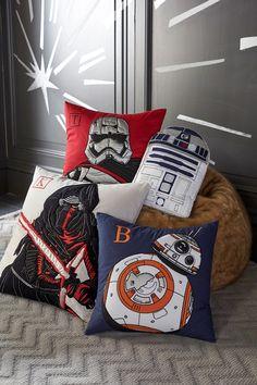 GUERRA DE ALMOFADAS | leve um toque de Guerra nas Estrelas à sala de TV com almofadas estampadas com personagens do filme. #TecnisaDecor #StarWars #StarWarsDay #Inspire-se #Tecnisa Foto: StarWars.com