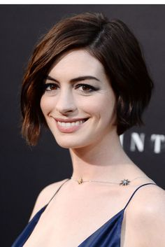 Anne Hathaway made a great choice in cutting her long locks short. Anne Hathaway is working the possibility. Messy Bob Hairstyles, Short Hair Updo, Short Bob Haircuts, Haircuts With Bangs, Hairstyles Haircuts, Straight Hairstyles, Anne Hathaway Bob, Short Hair Styles Easy, Short Hair Cuts