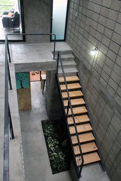 Aqui pode encontrar fotografias de ideias de design de interiores. Se inspire! Narrow House Designs, Latest House Designs, Small House Design, Modern House Design, Minimalist House Design, Minimalist Architecture, Minimalist Home, Deco Spa, Loft Interior Design