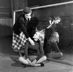 Marilyn Monroe et sa coach professeur Natasha Lytess en novembre 1948 en plein cours d'art dramatique - Photos de JR Eyerman Marilyn...