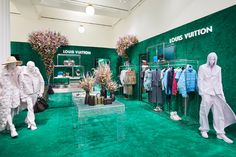Louis Vuitton Opens Men's Pop-Up at Selfridges: Including the release of an exclusive floral Keepall bag. Tienda Louis Vuitton, Louis Vuitton Shop, Bingo, Window Display Retail, Retail Displays, Shop Displays, Clothing Store Interior, Retail Store Design, Retail Stores