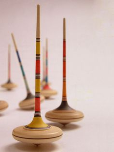 Ara varicolored.  Rod top made of finely grained maple. In various colors and shapes.    Mader rates their tops as to how difficult they are to spin, using a scale of 1 to 5, 5 being the hardest.    Ara bicolored, item no. 281, diameter 47 mm, maple, 12 Colors, severity 3.