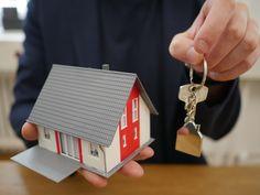 Darowizna mieszkania - to częsta praktyka przekazania prawa własności. 🎁 Jeżeli Wy lub ktoś z Waszych bliskich planujecie podarować nieruchomości innej osobie - przeczytajcie tekst i dowiedzcie się na co zwórcic uwagę, aby procedura przebiegła pomyślnie! 👩💻👨💻 Real Estate Services, Open House, House Tours, How To Memorize Things, Box, November, News