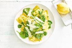 Deze frisse glutenvrije ravioli met spinazie, room en citroen is echt een aanrader - Recept - Allerhande Gluten Free Recipes, Vegetarian Recipes, Ravioli, Pasta Recipes, Italian Recipes, Free Food, Zucchini, Vegetables, Cooking