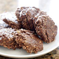 Une recette simple de biscuits au chocolat et arachides qui se fait en quelques minutes seulement, sans cuisson au four.