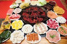 Huoguo 火锅.Famoso plato#chino.Se trata de una olla con caldo al que se añade una gran variedad deingredientes. Sedisfruta siempre en grupo, y es ideal para compartir una buena comida con familiares o amigos.  www.maimaiwenhua.com   #CulturaChina #China #Asia