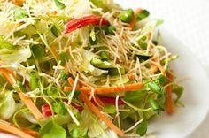 Salada verde com Kani kama e Batata palha ( Dedo de Moça)