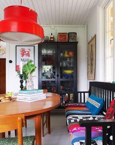 Färgglatt och retro, bumling, svart kökssoffa och vitrinskåp