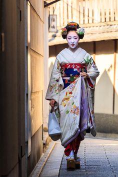 Shared by Beautiful African traditional costume Beautiful Japanese traditional costume Geisha Japan, Geisha Art, Turning Japanese, Sari, Japan Art, Japanese Beauty, Yukata, Japan Fashion, Poses