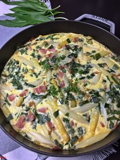 Spargel-Bärlauch-Omelett aus dem Backofen Asparagus and wild garlic omelet from the oven - baking with passion de dîner Lacto Vegetarian Diet, Vegetarian Recipes, Healthy Recipes, Breakfast Recipes, Snack Recipes, Dinner Recipes, Law Carb, Wild Garlic, Le Diner