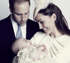 Príncipe George sorri nos braços de Kate Middleton e o Príncipe William em foto divulgada neste sábado (26), de batizado ocorrido na quarta-...