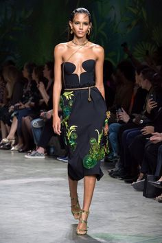 Versace's spring-summer 2020 runway show delivered a nostalgic punch during Milan Fashion Week. First, Donatella Versace offered up a showing of tailored pieces… Men Fashion Show, Fashion Week, Fashion 2020, World Of Fashion, Fashion Models, High Fashion, Womens Fashion, Lux Fashion, Fashion Trends