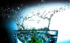 12 grunde til at du bør drikke mere vand. Når vi giver vores krop det vand den har brug for, får vi mere energi, livskraft, sundhed, skønhed og ungdommelighed.