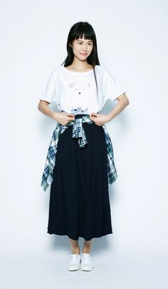 A gentle sheep print is the focal point to this look. The checked shirt tied at the hips adds a touch of color. A flare skirt is an on-trend key item.Knit cotton sheep T-shirt¥2,600+tax / No408661100% cotton rough Tenjiku cotton ankle-length skirt¥3,900+tax / No412286Regular shirt¥4,900+tax / No411117Sneakers (BENSIMON)¥4,000+tax / No312636