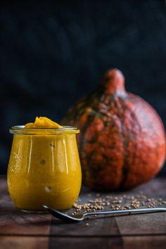 Dýňová hořčice je lehce pikantní a má nádherně oranžovou barvu; Eva Malúšová Clean Recipes, Pavlova, Pesto, Mustard, Food And Drink, Pumpkin, Carving, Treats, Homemade
