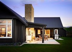 Do you like farmhouse style but still look modern? Here our team will give some tips, trick and ideas for modern farmhouse exterior that you can choose. One of them must suit your style and taste. Hopefully inspire you. Modern Farmhouse Exterior, Farmhouse Style, Style At Home, Style Blog, Exterior Colors, Exterior Design, Black House Exterior, Black Barn, Dark House