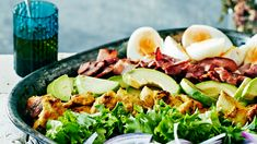 Cobb eli amerikkalainen kanasalaatti. Ainekset muistat helposti: EAT COBB eli egg, avocado, tomato, chicken, onion, bacon, blue cheese. Resepti vain noin 3,20 €/annos*. Blue Cheese, Palak Paneer, Fresh Rolls, Cobb Salad, Onion, Salads, Bbq, Picnic, Good Food