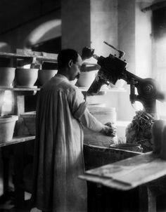Operaio dello stabilimento Ginori di Doccia, presso Firenze, ritratto durante una fase di lavorazione dell'impasto per la realizzazione delle ceramiche . 1902