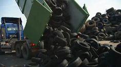 Schooltv: Rubber tegels - Hoe wordt dit gemaakt? - Van oude autobanden kun je weer nieuwe dingen maken. Zoals tegels van rubber. Die zie je wel eens op het speelplein liggen. Maar hoe wordt zo'n tegel eigenlijk gemaakt? rubber  machine  speeltuin  veiligheid  textiel  band  fabriek recyclen  ijzer  auto  tegel