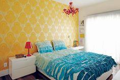 A estrela deste ambiente é o papel de parede estampado amarelo. Projeto comandado pela designer de interiores Carol Lovisaro, em parceria com a arquiteta Fernanda Lovisaro, do escritório Lovisaro Arquitetura e Design