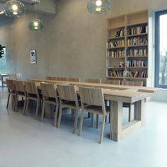 Bijzondere op maat gemaakte leestafel van 4 meter, met verzonken deel in het blad voor o.a. tijdschriften, voor een bibliotheek.