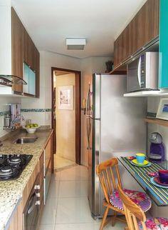 Muitos armários, uma generosa área de bancada e até mesa de refeições. Tudo encontrou seu lugar na cozinha-corredor da funcionária pública Cláudia Nascimento, de Belo Horizonte