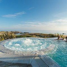 """Destination Quiberon : Plongez dans la plus belle baie du monde   Savez-vous que la baie de Quiberon, comme la baie d'Ha-long au Vietnam, appartient au club select des """"plus belles baies du Monde"""" ?"""