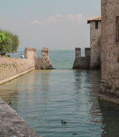 Lavorare con lentezza mood. Conversione 43% da 5 min? E io guardo IG.   Sirmione Lago di Garda.