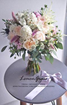 小跳躍感 little dancing flowers 這款花球用了小高麻、白珍珠、鳳尾等的小花,加上白雪和滿天星,花球實物呈現少許輕盈感覺的跳躍。顏色是 White O'Hara 的cream色、風信子的白色、鳳尾的暗粉色、葉子的綠色,看起來優雅而甜蜜。 我們喜歡創作,也喜歡花藝。 希望帶給你們不同的花藝設計體驗。 ------------------------------------- FRESH l BOUQUET l BRIDE bride bouquet for Jenny Wu www.facebook.com/LemongrassWedding