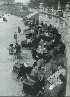 """Un jour (assez frisquet) au jardin du Luxembourg, fin années 1940. Nous étions en plein """"baby-boom""""...  (Paris 6ème)"""