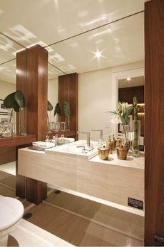 O lavabo perfeito com espelhos, madeira e mármore travertino