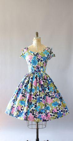 Vintage 50 s roze, blauw en groen floral katoenen jurk. Mouwen binden in bogen met schattige peek-a-boo gaten op de top van de schouders. Volledige rok. Metalen rits op de rug. Crinoline gedragen onder rok in fotos voor toegevoegde volheid. Zeer goede vintage staat.  Dit stuk is schoongemaakt en is klaar om te dragen!  Label n/b Stof gepolijst katoen Geschatte grootte XL Label grootte n/b Pit-Pit 20 Taille 15.75 Heupen Open Schouder 1.5 Mouw- Lengte 40 Kleur blauw, roze, groen, wit