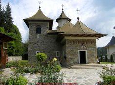 Monastério Sihastria Putnei na România. Sihastria Putnei foi construído há cinco séculos no conselho de Suceava, durante o reinado do rei Stephen o Grande, da Moldávia. Está localizado a 5 km do mosteiro Putna.