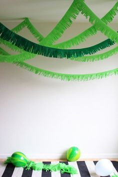 DIY tunnel fringe garland - DIY tunnel fringe garland // Party ideas for a jungle party # Children's birthday # Jungle party decoration - Jungle Theme Parties, Jungle Theme Birthday, Dinosaur Birthday Party, 3rd Birthday Parties, Jungle Party Decorations, Food Decorations, Jungle Book Party, Luau Birthday, Baby Boy Birthday