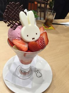 Shared by ♡花ちゃん♡. Find images and videos about food, kawaii and chocolate on We Heart It - the app to get lost in what you love. Japanese Sweets, Japanese Food, Japanese Candy, Dessert Chef, Kawaii Cooking, Kawaii Dessert, Cute Desserts, Gourmet Desserts, Plated Desserts