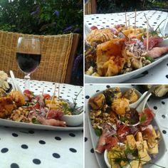 Simple Pleasure Food  Gepubliceerd door Elisabetty Ploos van Amstel  Bourgondisch tapas bordje. >Filodeeg gevuld met geitenkaas&  Walnoten en maanzaad>Gerookte ham>Oude kaas. >Mosterd'BBQsaus'Bieslook