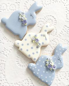 Celebrate Easter with the best Easter cookies. Here are the best Easter Sugar Cookies ideas. These Easter cookies decoration with royal icing are so cute. Fancy Cookies, Iced Cookies, Cookies Et Biscuits, Holiday Cookies, Cupcake Cookies, Decorated Sugar Cookies, Easter Biscuits, Easter Cupcakes, Easter Cookies